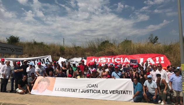 Amics i familiars reben a Besolí en la seva entrada a Can Brians amb una pancarta de suport.