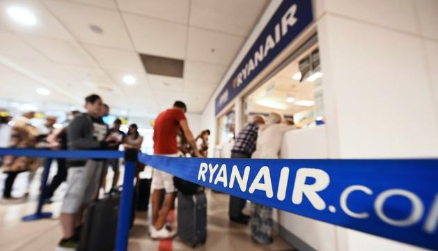 Usuaris de Ryanair, ahir a l'aeroport de Barajas.