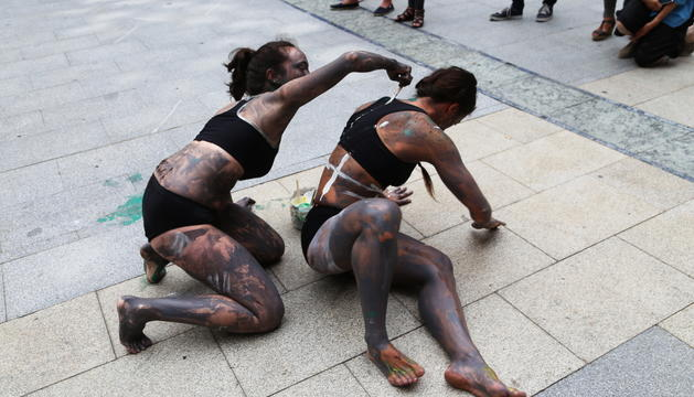 Performance de body paint i dansa als carrers d'Escaldes