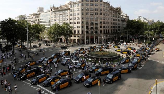 Els taxistes, reunits en assemblea ahir, al mig del carrer.