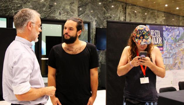 Músics de Buhos i Itaca Band amb el conseller Roig.
