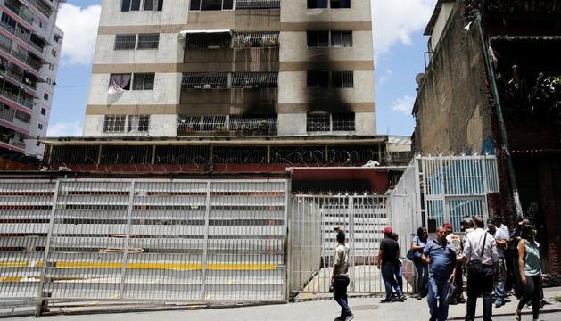 Una de les façanes afectades per l'explosió en l'atemptat contra Maduro.