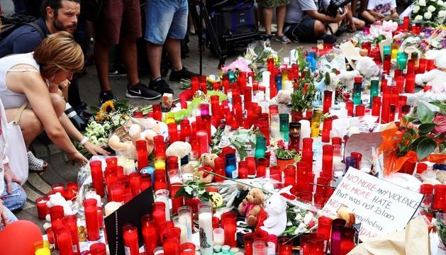 Les Rambles de Barcelona plenes de flors i espelmes, aviat fa un any.