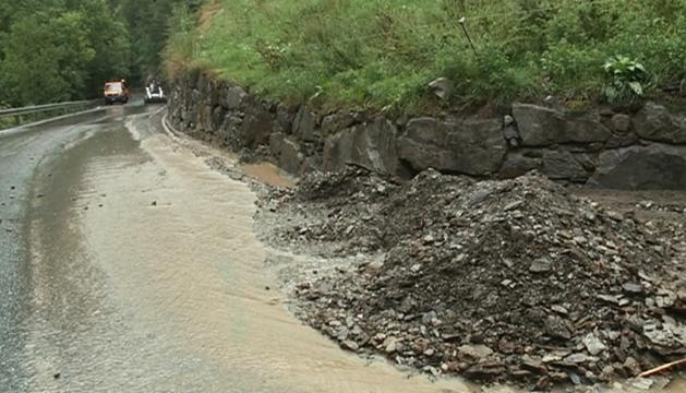 Efectius del COEX retirant sorra i fang de la carretera de l'Aldosa, ahir.