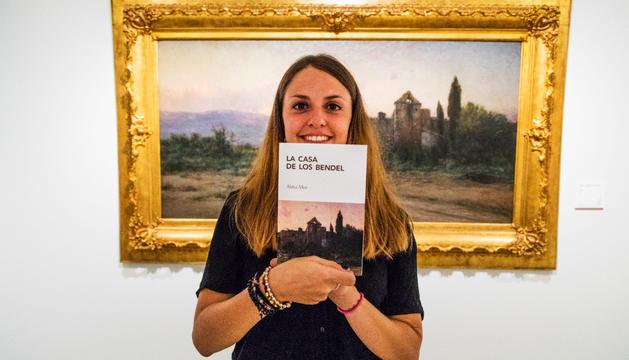 Mireia Moya amb un exemplar de 'La casa dels Bendel', ahir.