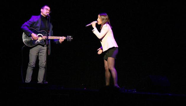 El duo Estefi & Mike durant l'actuació de la gala final del Talentejant.