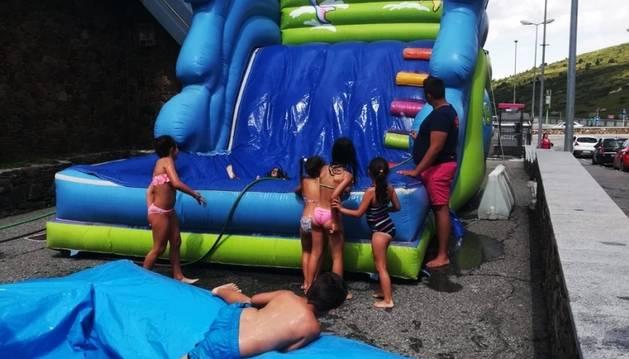 Nens en un dels inflables ahir al Pas de la Casa.
