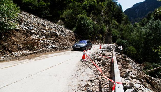 Imatge de la carretera d'Os de Civís després de l'esllavissada de diumenge.