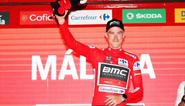 Rohan Dennis, amb el mallot vermell de líder de la Vuelta.