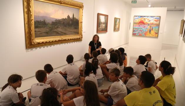 Els nens i nenes dels esports d'estiu, durant la visita al centre pictòric