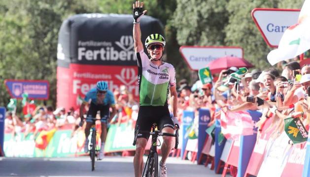 Ben King celebra el triomf de la quarta etapa a l'alt d'Alfacar.