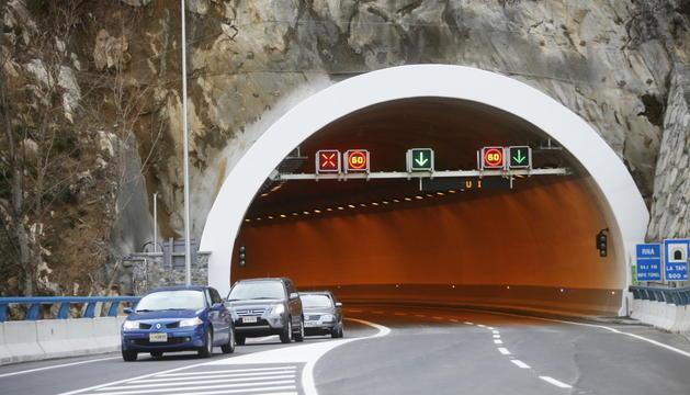 El xoc entre els tres cotxes va tenir lloc a les 18.23 hores a l'interior del túnel.