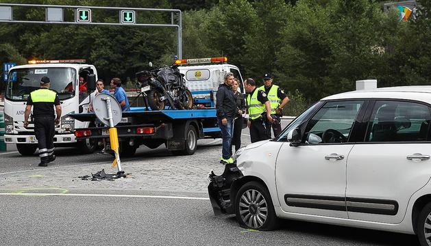 Una motocicleta i un turisme han xocat aquesta tarda, el conductor de la primera, resident de 59 anys, ha resultat ferit