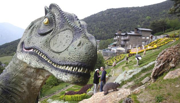 Ángel Calvente amb una de les escultures dels Jardins de Juberri