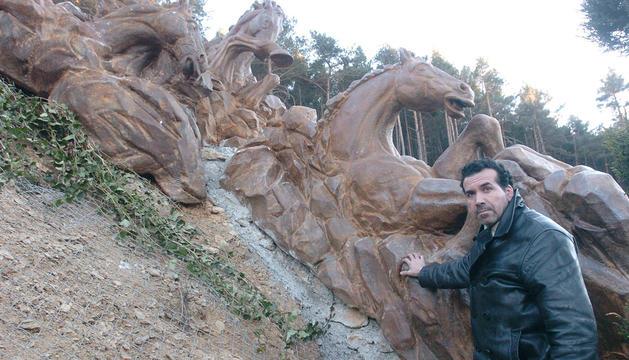 Escultura d'un dinosaure als Jardis de Juberri
