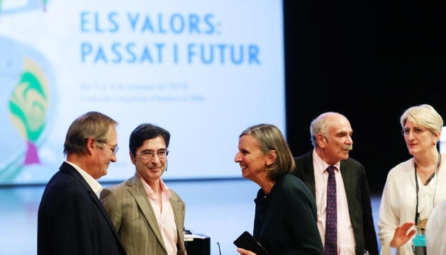 L'ambaixadora gal·la, Jocelyne Caballero, conversa amb ponents.