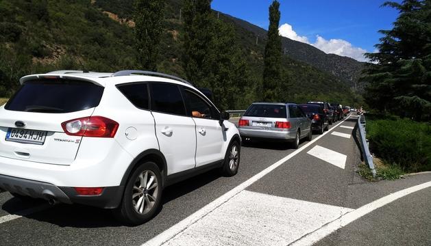 Els vehicles aturats abans d'entrar a la frontera.