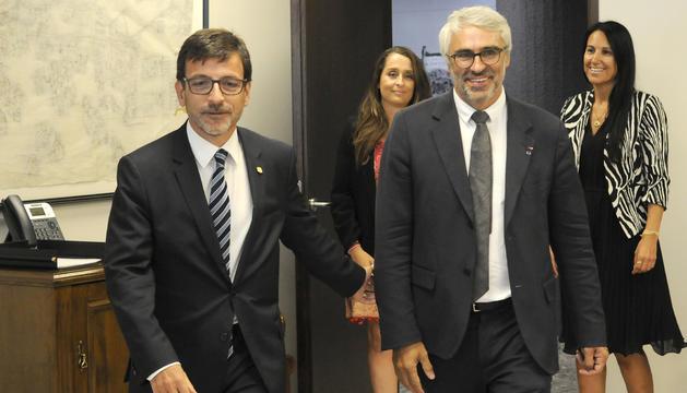 El ministre Jordi Cinca amb el representant de l'OCDE Pascal Saint- Amans, avui
