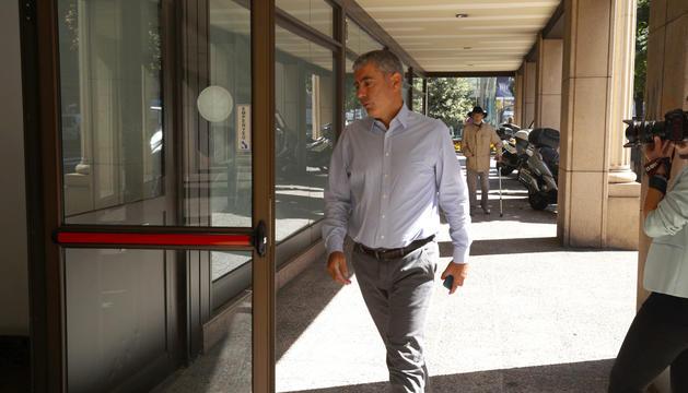 Joan Pau Miquel a l'entrada a la Batllia aquest migdia per recollir la notificació judicial