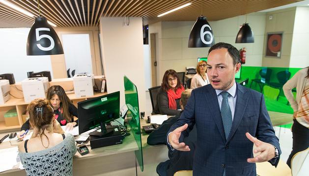 El ministre Xavier Espot durant la visita a les instal·lacions del servei d'immigració