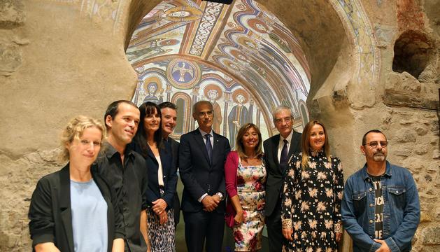 Representats de Govern amb la cònsol major d'Andorra la Vella i els creadors del videomapatge