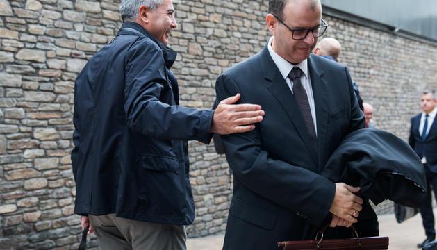 Joan Pau Miquel saluda Josep Anton Silvestre a l'entrada de la sala de Prada Casadet on té lloc el judici del 'cas BPA'.