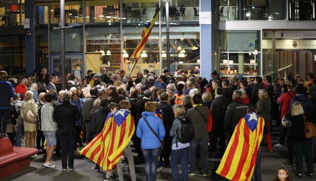 Simpatitzants de l'independentisme català es van concentrar dilluns a la plaça del Poble.