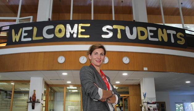 Clara Pintat, al vestíbul del centre educatiu.