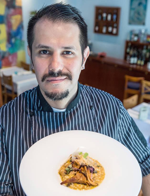 El xef José Reyna amb el risotto