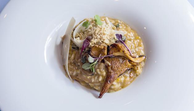 El risotto de carbassa i rossinyols amb escames de foie gras i sàlvia cruixent