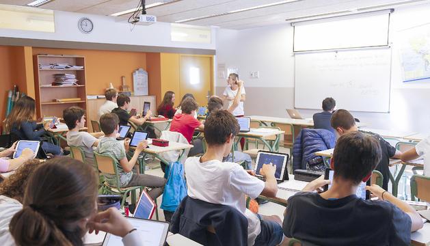 Alumnes de segona ensenyança d'Ordino utilitzant les tauletes digitals per fer les activitats