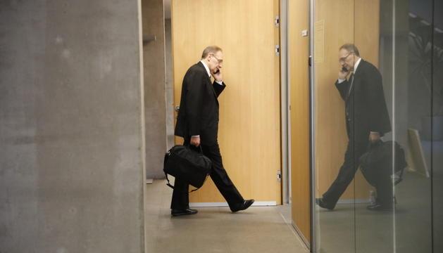 Josep Pintat entrant en un despatx del Consell General.
