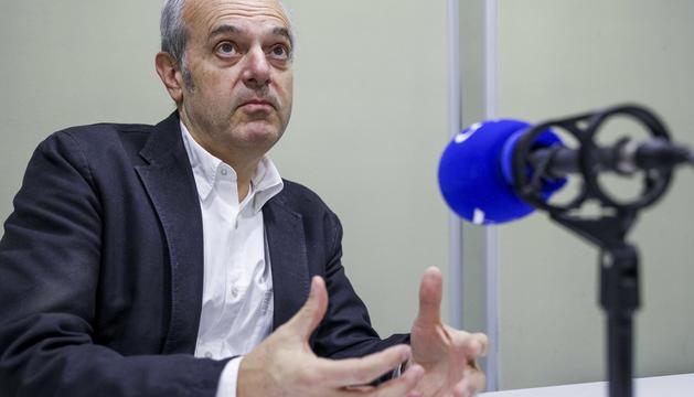 El ministre Carles Álvarez Marfany durant l'entrevista a la ràdio del Diari.
