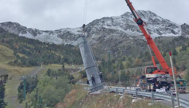 Operaris treballant en la construcció del telecabina de Tristaina, la gran novetat d'Arcalís per a aquesta temporada.