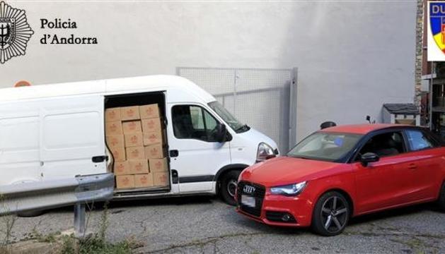 Els dos vehicles comissats i part de la mercaderia.