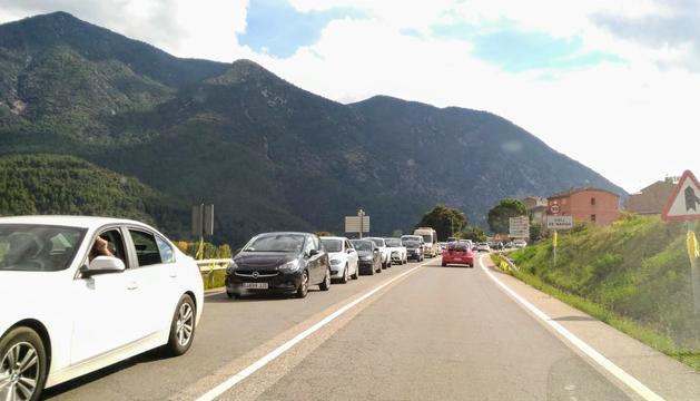 La cua de vehicles a la C-14 a Coll de Nargó, aquesta tarda