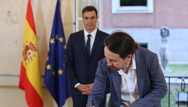 Pedro Sánchez i Pablo Iglesias signen l'acord, ahir.