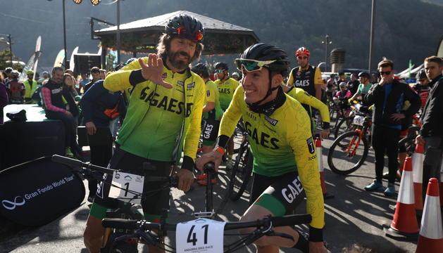 Santi Millán i Aleix Espargaró, a la sortida de la cursa de BTT