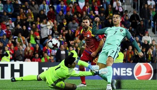 Cristiano Ronaldo fa un gol a Andorra a l'Estadi Nacional. Octubre de l'any passat. Una de les nits que el futbol va ser protagonista al país.