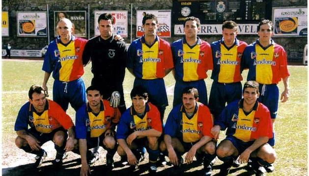 Una alineació de l'FC Andorra de la dècada dels 90. Una època on l'equip militava a segona B i tenia molta més tirada que en l'actualitat.