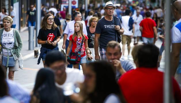 Turistes a l'avinguda Meritxell, durant la temporada d'estiu