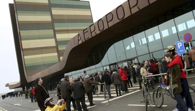 Turistes a l'aeroport de Lleida-Alguaire.