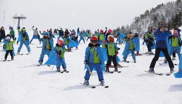 Un grup d'esquiadors al domini de Grandvalira.