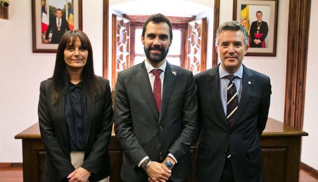 La subsíndica, Mònica Bonell, el president del Parlament català, Roger Torrent, i el síndic general, Vicenç Mateu