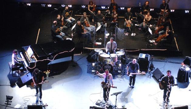 La banda catalana, en el concert que van oferir a Sant Cugat acompanyats per l'orquestra nacional d'Andorra, l'ONCA.