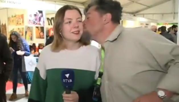 Moment del petó a la periodista Tatiana Navarro