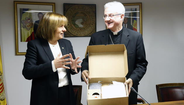 Trini Marín va entregar a Vives una còpia de la sèrie documental sobre els 40 anys de la parròquia.
