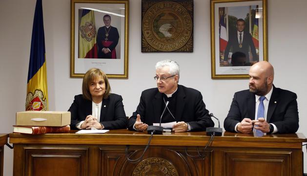 El Copríncep amb els cònsols d'Escaldes, Trini Marín i Marc Calvet, ahir.