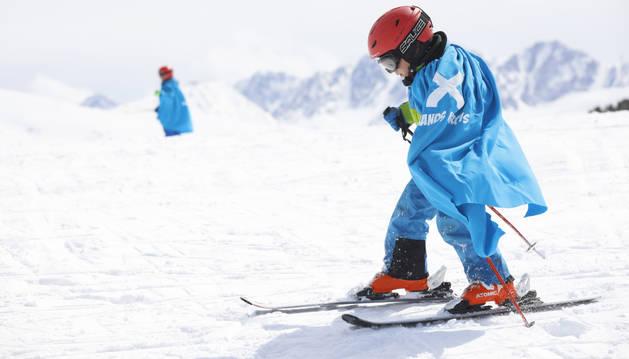 Un jove esquiador a una de les pistes de Grandvalira.