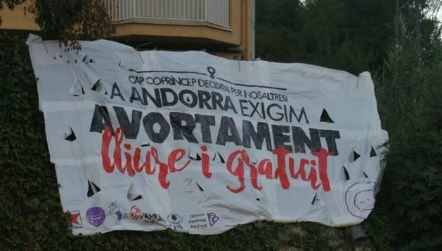 Un cartell penjat a la Seu d'Urgell on s'exigeix la despenalització de l'avortament a Andorra.